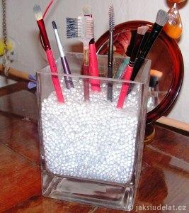 Drobné skleněné kuličky vypadají elegantně, ale jsou drahé a rády z vázy vyskakují.