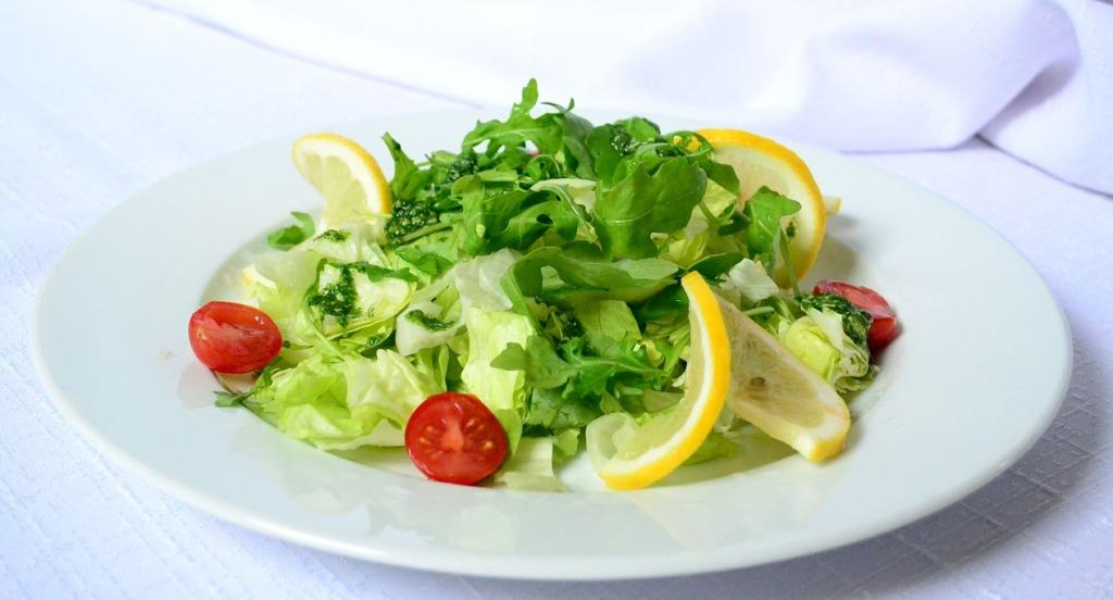 Na malý talířek se vejde méně jídla, ale my si nepřipadáme ošizení.