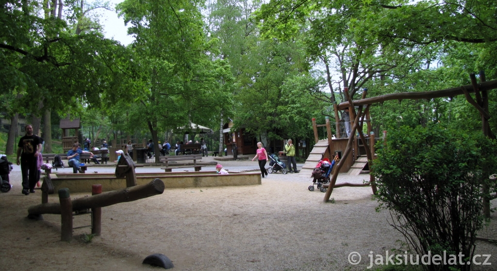 Hned vedle medvědária je dětské hřiště.