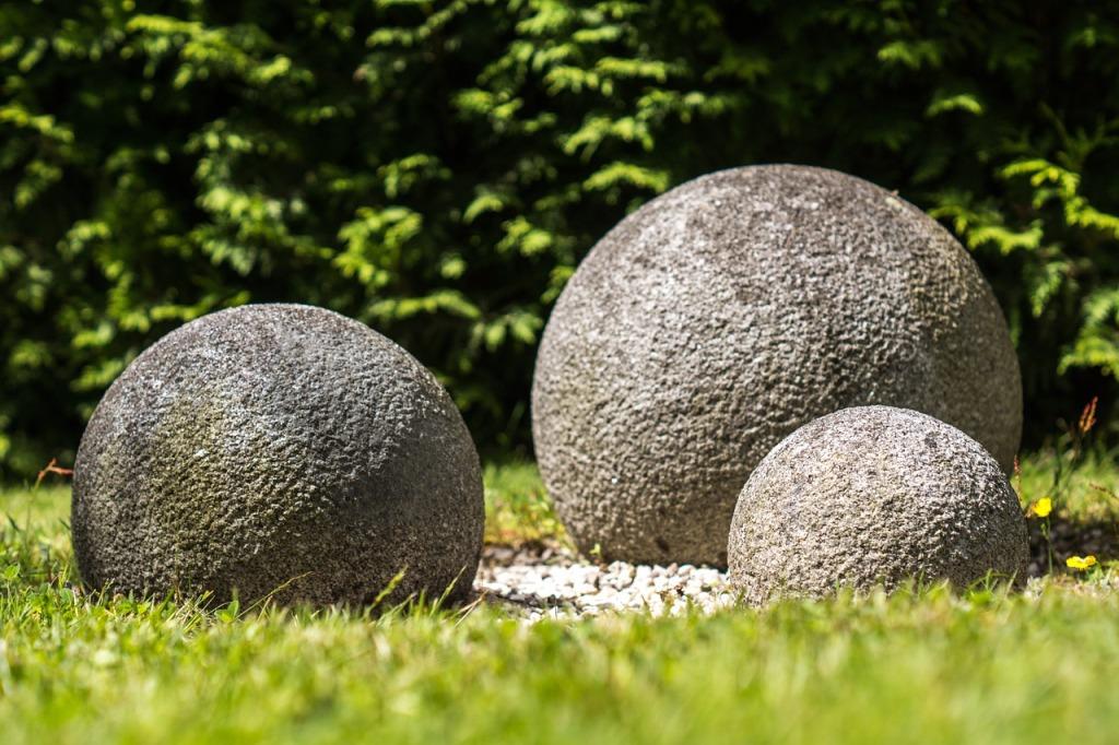 Když uděláte koule různých velikostí a necháte je nějaký čas venku, získají patinu jako kdyby byly kamenné.