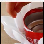 Plastové lžičky lepte jako okvětní lístky na odříznutý spodek plechovky.