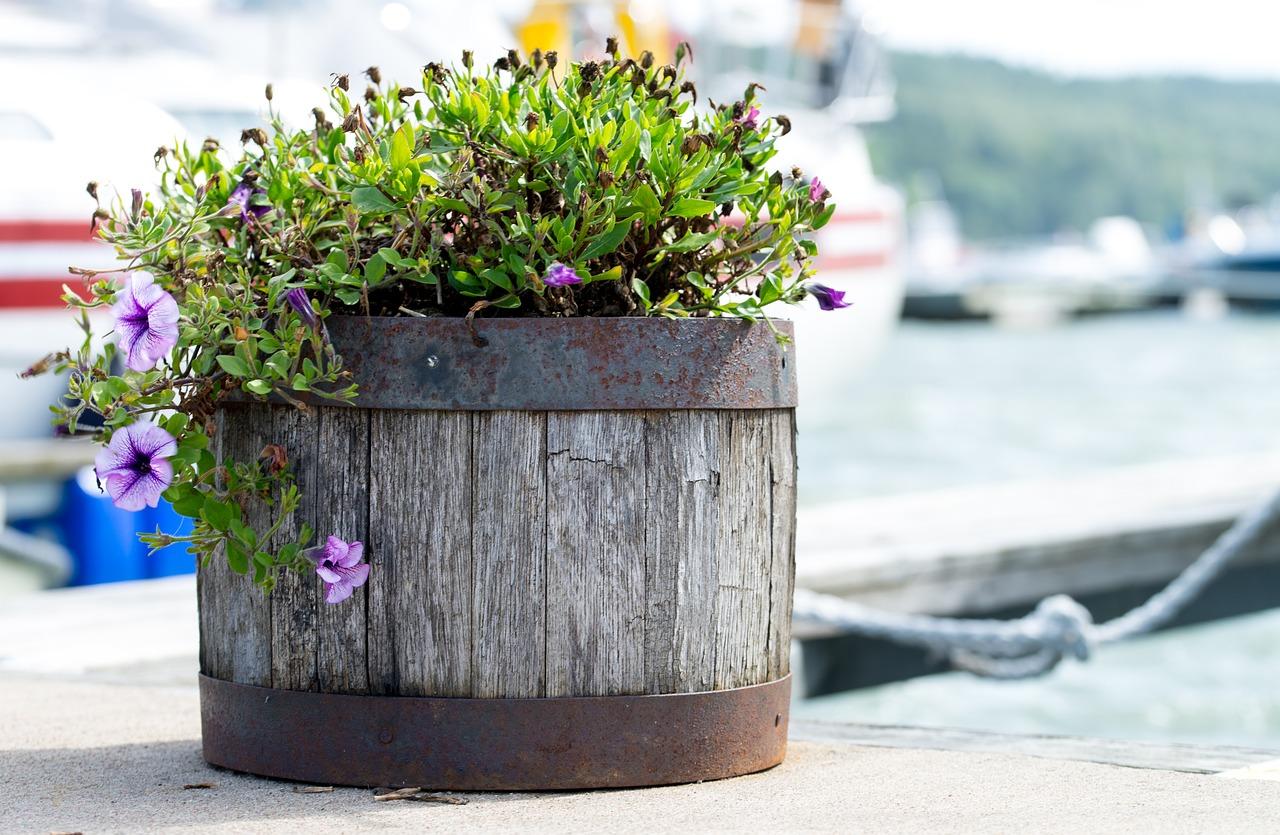dreveny-kvetinac-zahrada