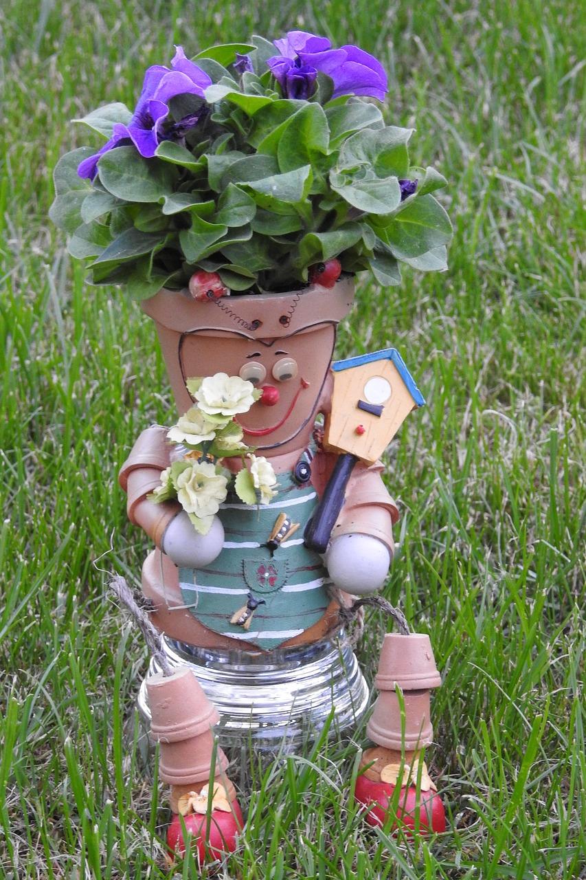 dekorace-zahrada-panacek-z-kvetinacu